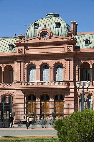 Casa Rosada (Presidential Palace) where Eva Peron (Evita) used to appear on the this balcony, Plaza de Mayo, Buenos Aires, Argentina, South America