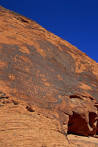 Petroglyphs drawn in sandstone by Anasazi Indians around 500 AD, in the Valley of Fire State Park in Nevada, United States of America, North America - 645-1204