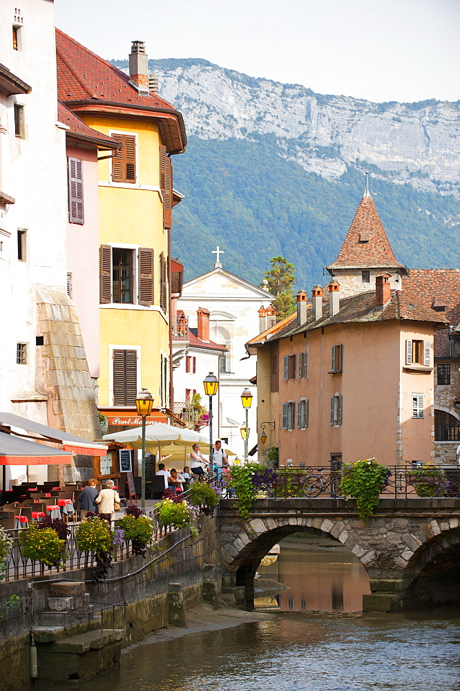 A view of the canal in the old town of Annecy, Haute-Savoie, France, Europe - 663-791