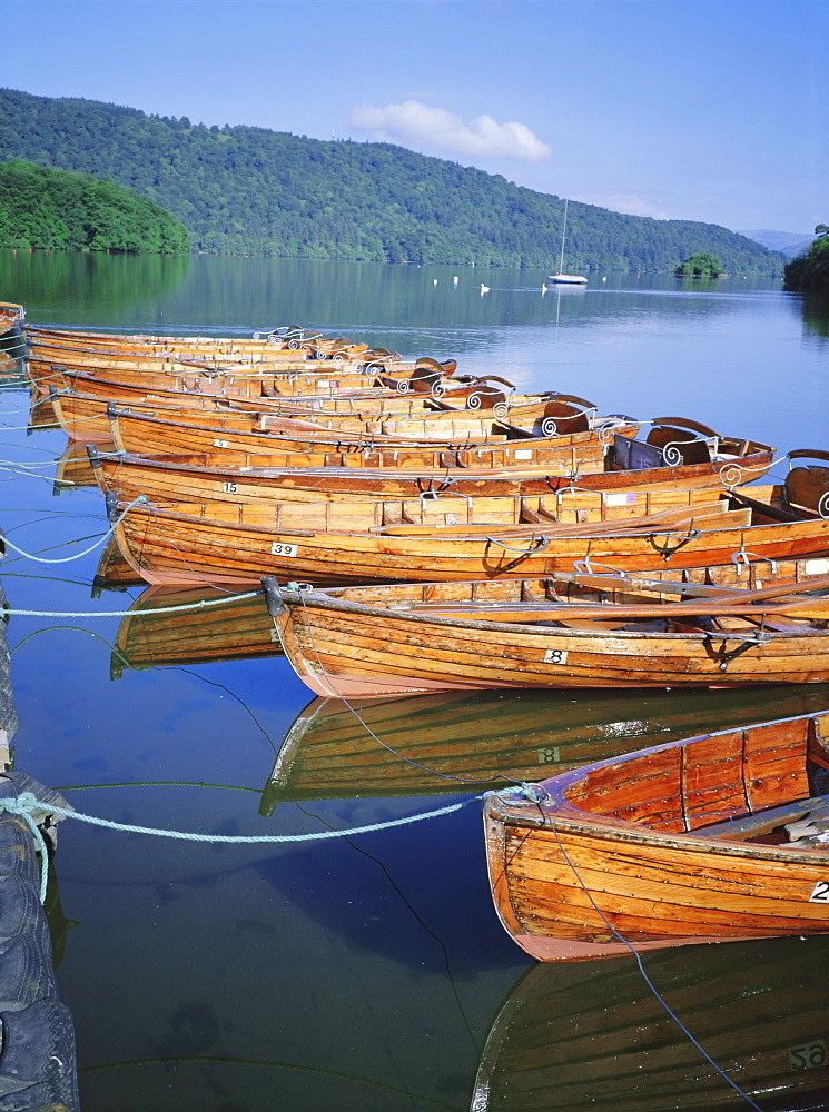 Rowing boats and lake Windermere, Bowness on Windermere, Lake District National Park, Cumbria, England, UK, Europe