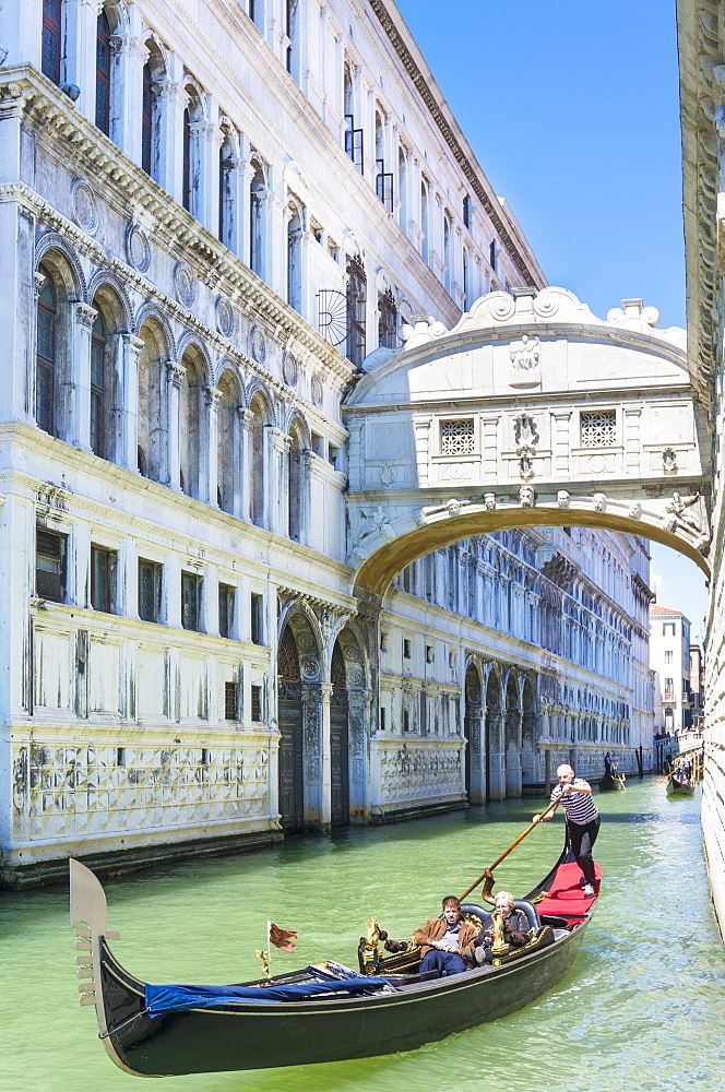 Venice Gondola with tourists going under the Bridge of Sighs (Ponte dei Sospiri), Venice, UNESCO World Heritage Site, Veneto, Italy, Europe