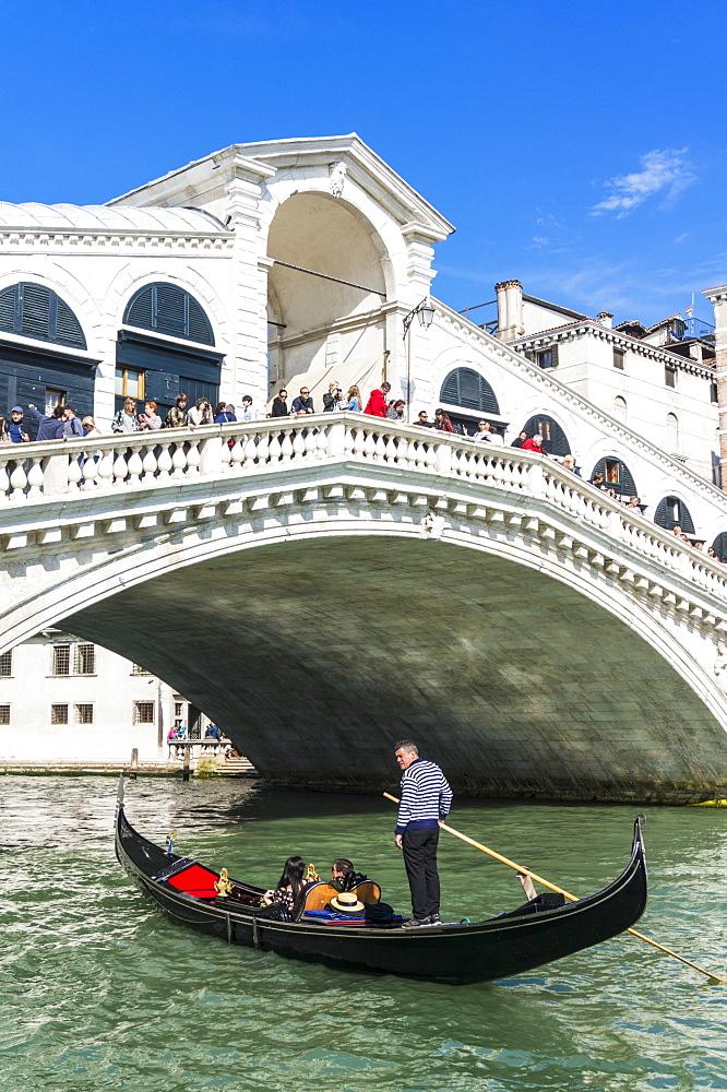 Venice gondola with tourists going under the Rialto bridge (Ponte del Rialto), Grand Canal, Venice, UNESCO World Heritage Site, Veneto, Italy, Europe - 698-3260