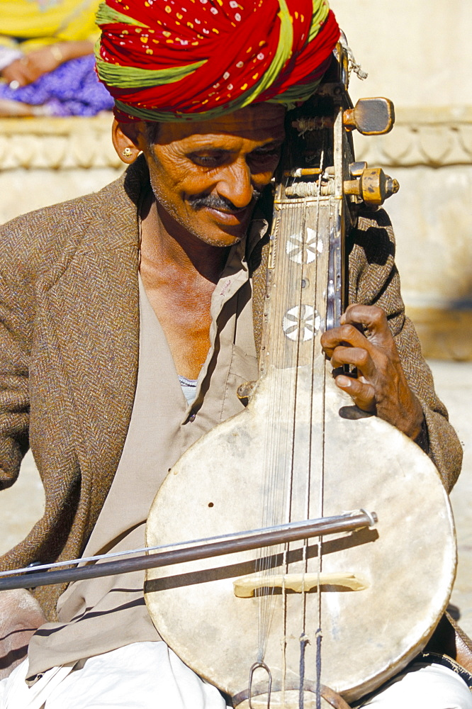 Rajasathani musician playing the kamayacha, Jaisalmer, Rajasthan state, India, Asia