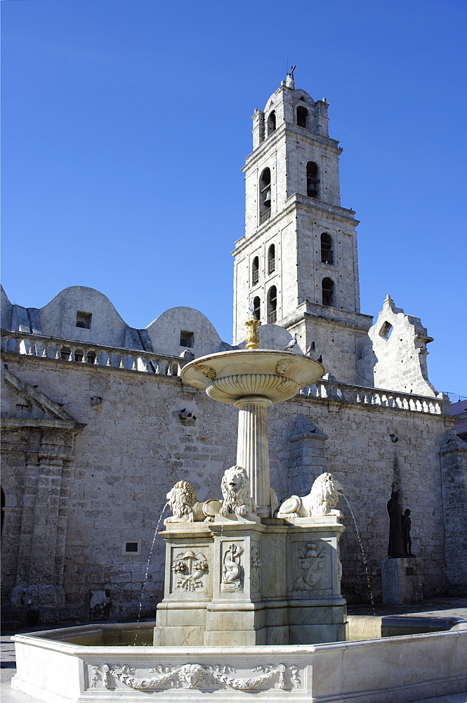 Fountain in the Plaza San Francisco, with Convent and Church of San Francisco de Asis dating from 1738 in the background, Old Havana (Habana Vieja), Havana, Cuba, West Indies, Central America