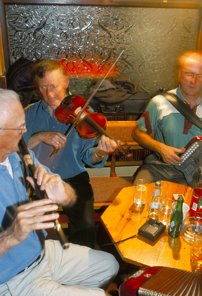 Musicians in the M.J. Hoban pub, Wesport, County Mayo, Connacht, Eire (Ireland), Europe