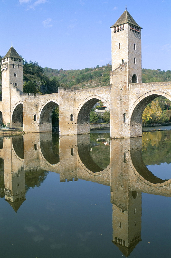 The fortified Valentre bridge dating from 14th century, town of Cahors, Quercy, Vallee du Lot (Lot Valley), Midi-Pyrenees, France, Europe - 724-1304