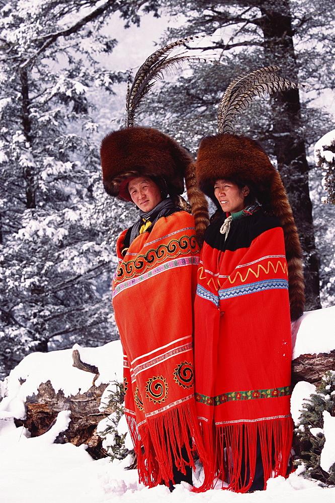Red panda fur hats worn by Yi people (ethnic minority) in winter. Lijiang, Yunnan, China. 2002 - 727-833
