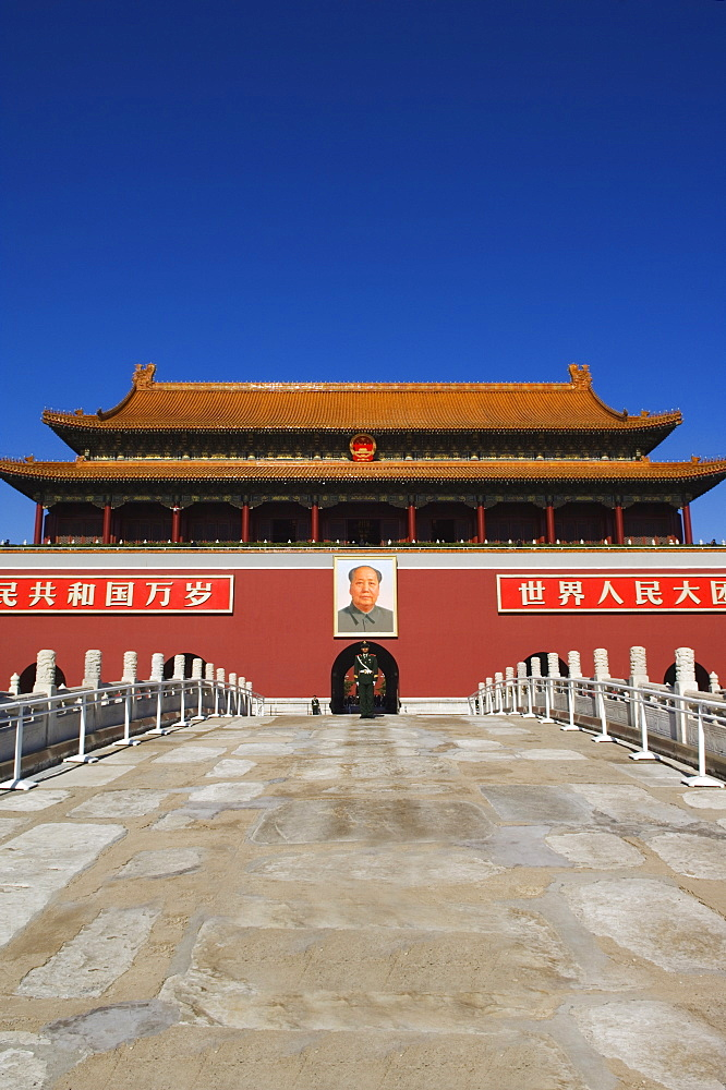 A guard stands infront of the Gate of Heavenly Peace at the Forbidden City Palace Museum, Beijing, China, Asia
