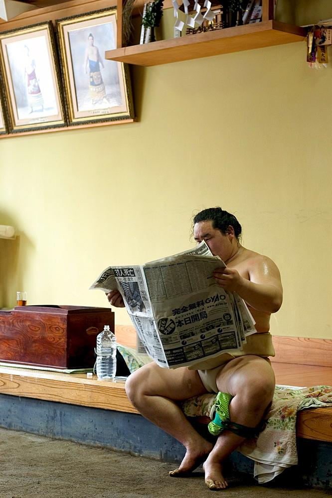 Sumo wrestler reading newspaper, Tokyo City, Honshu Island, Japan, Asia