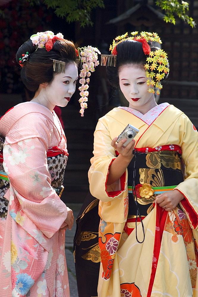 Geisha, maiko (trainee geisha) in Gion, Kyoto city, Honshu, Japan, Asia - 733-416