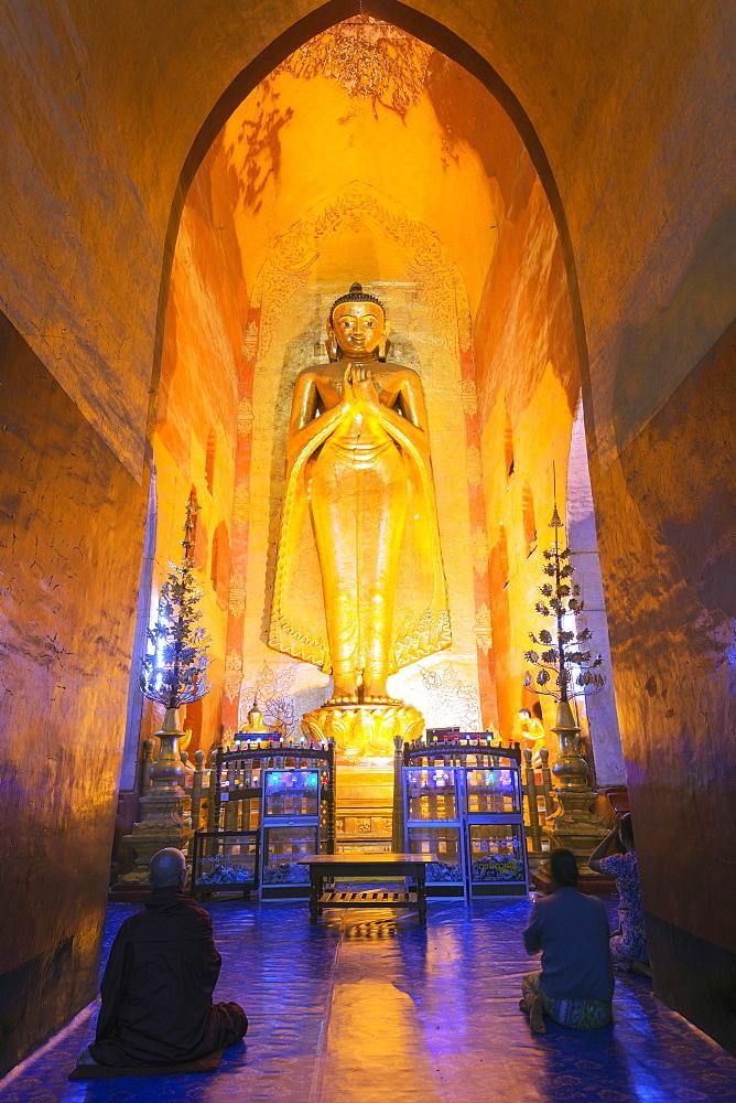Buddha statue, Ananda temple, Bagan (Pagan), Myanmar (Burma), Asia