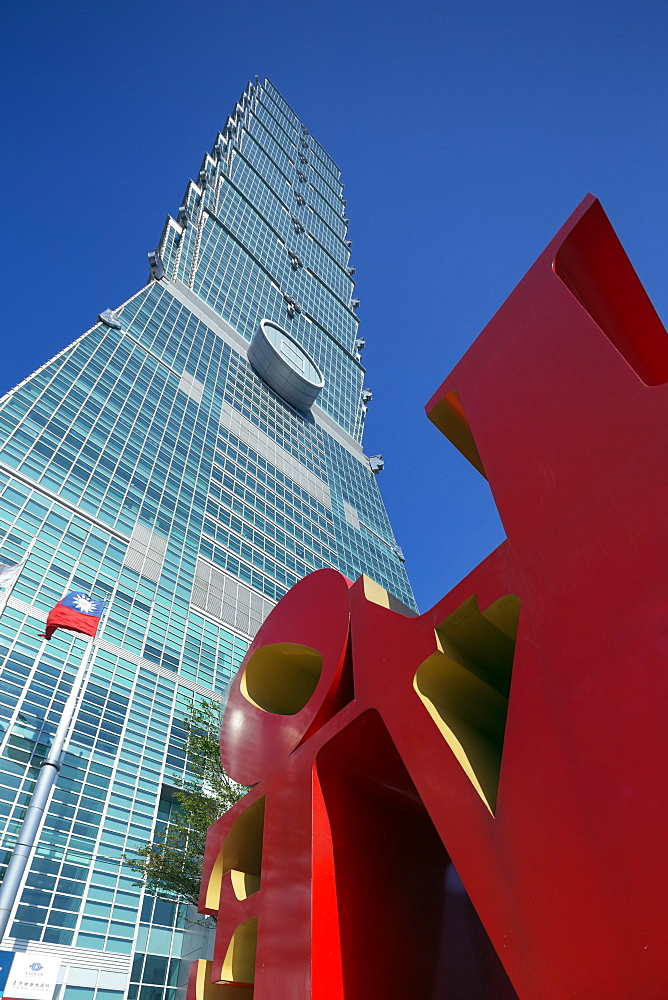 Taipei 101 building and LOVE statue by Robert Indiana, Taipei, Taiwan, Asia