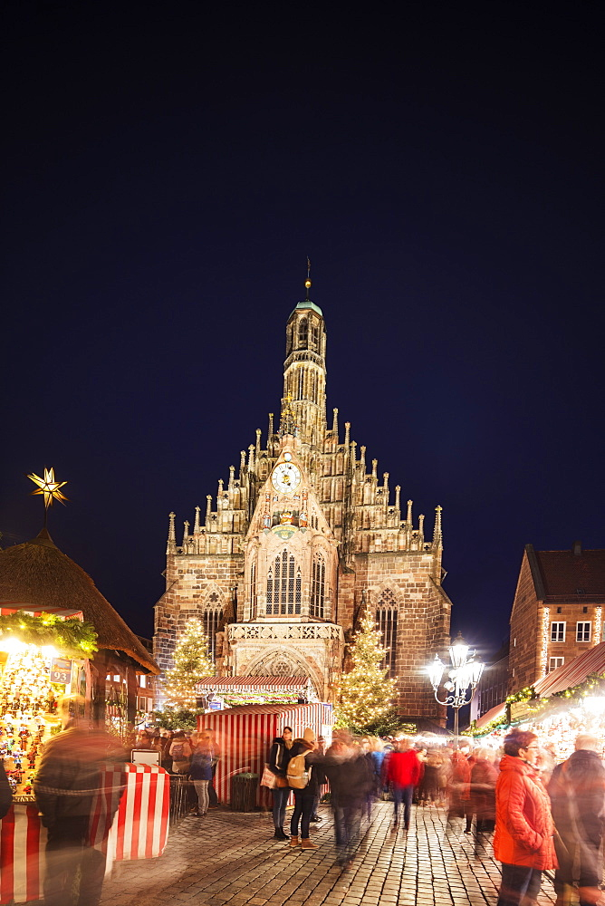 Europe, Germany, Nurembourg (Nurnberg) Christmas market in Market Square, Frauenkirche (Frauen church)