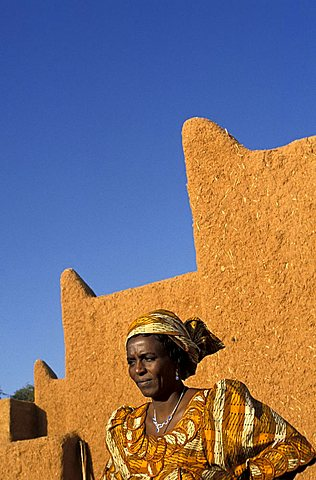 Local woman in traditional dress,  Republic of Niger, West Africa, Africa