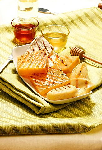Formaggi grigiati con miele di castagno e acacia, grilled cheese with honey, Italy, Europe