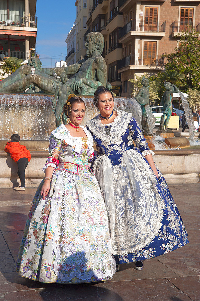 Traditional dress, Plaça de la Virgen, Fountain Rio Turia, Valencia, Spain, Europe
