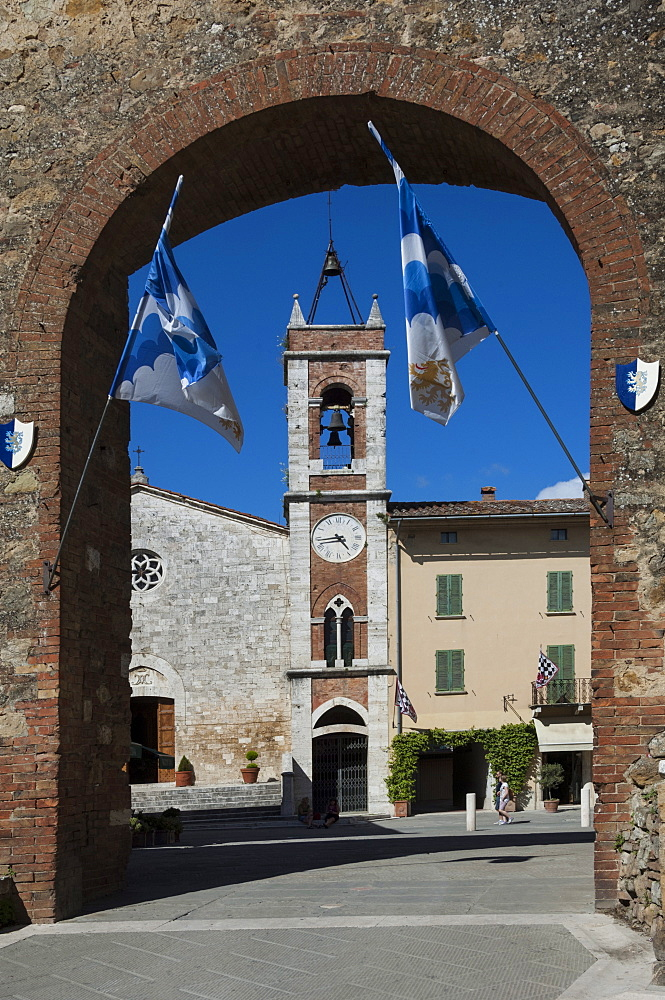 Arched entrance to piazza with Church of San Francesca, San Quirico, Val d'Orcia, Tuscany, Italy, Europe
