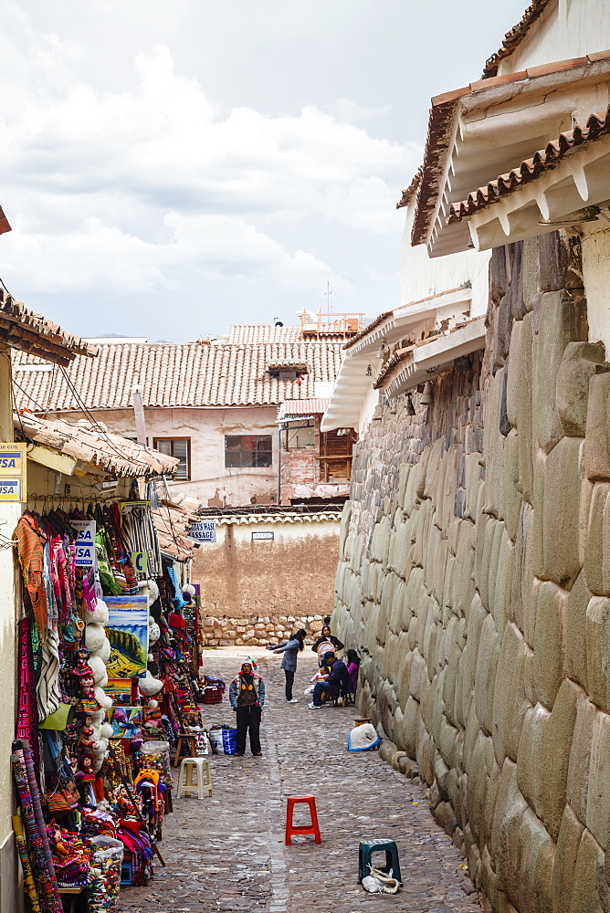 Shops along the the Inca wall at Hathunrumiyoq Street, las piedras del los 12 angulos (Stone of 12 Angles), Cuzco, UNESCO World Heritage Site, Peru, South America
