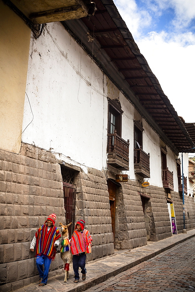 Tupacos wall with its gray andesite blocks on San Agustin street, Cuzco, UNESCO World Heritage Site, Peru, South America