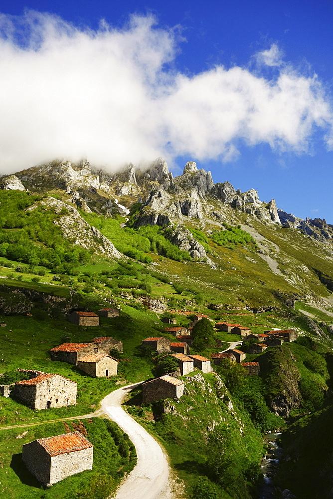 Old farmhouses near Sotres, Picos de Europa, Parque Nacional de los Picos de Europa, Asturias, Cantabria, Spain, Europe - 756-2830