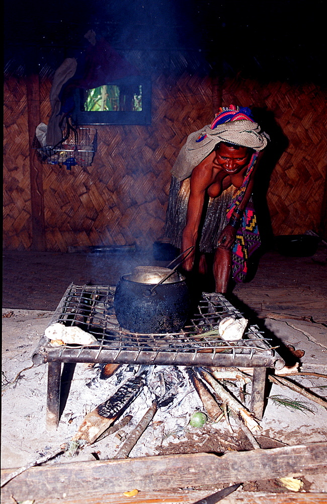 Huli woman cook in her hut, Papua New Guinea, Tari, Huli, Highlands