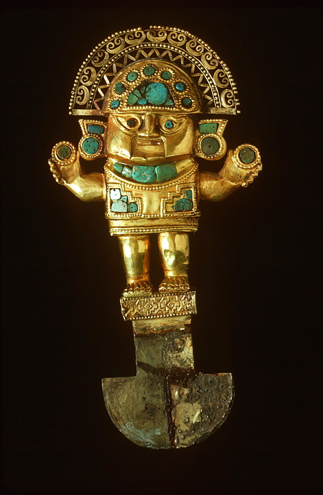 Precolumbian Gold Chimu Culture, 1000-1400AD TUMI ceremonial knife depicting legendary chief Naym Lap, gold and turquoise in Museo del Oro, Lima, Peru