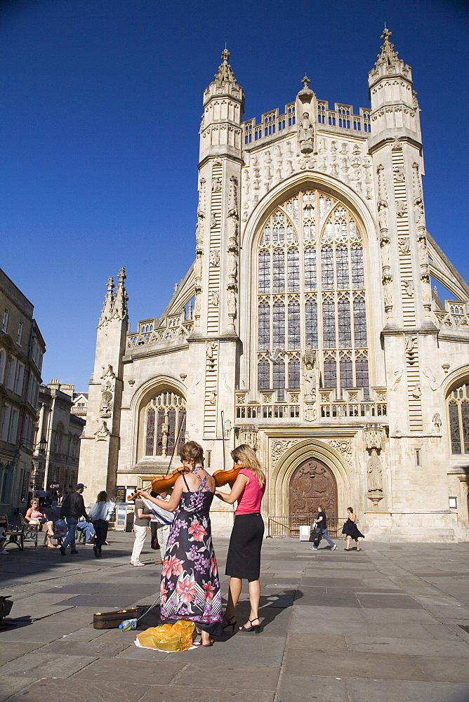 Buskers in front of Bath Abbey, Bath, Avon, England, United Kingdom, Europe