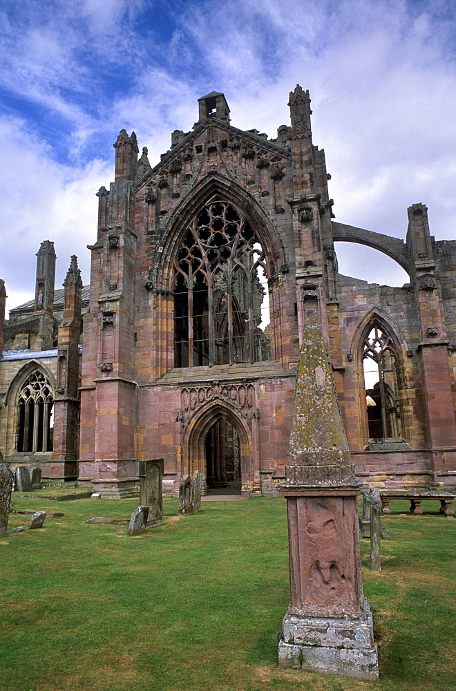 Melrose Abbey, first Cistercian settlement in Scotland, founded by David I in 1136, burial place of the heart of Robert the Bruce, Melrose, Scottish Borders, Scotland, United Kingdom, Europe