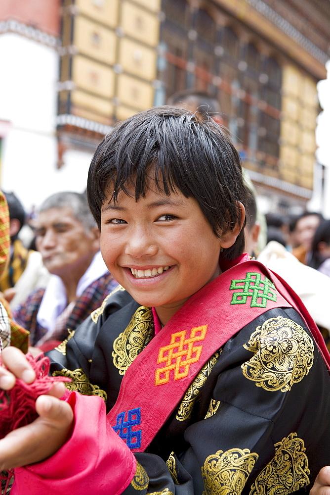 Pilgrim watching religious dances, Buddhist festival (Tsechu), Trashi Chhoe Dzong, Thimphu, Bhutan, Asia - 772-211