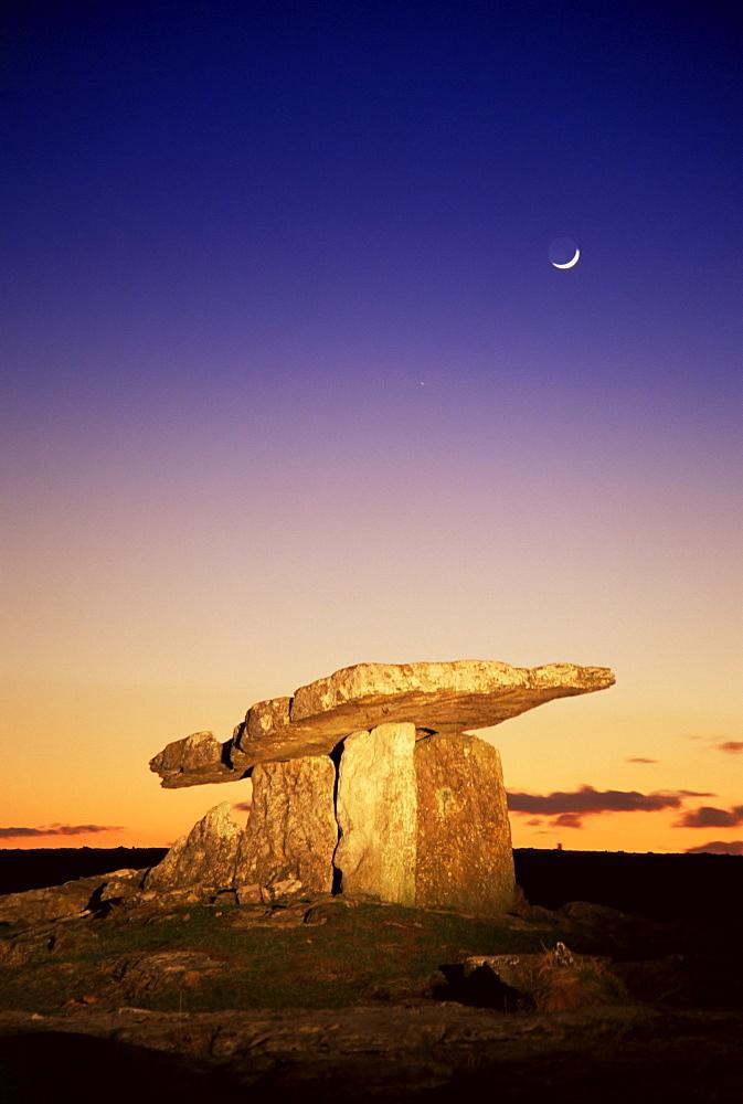 Poulnabrone dolmen, The Burren, County Clare, Munster, Republic of Ireland, Europe