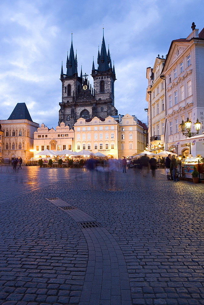 Cafes on the Old Town Square in the evening, with the Church of Our Lady before Tyn in the background, Old Town, Prague, Czech Republic, Europe
