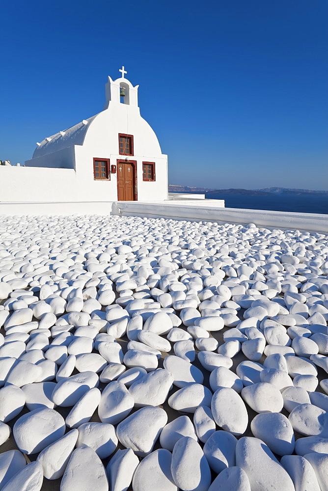 Church overlooking Aegean Sea in the village of Oia, Santorini (Thira), Cyclades Islands, Greek Islands, Greece, Europe - 794-1191