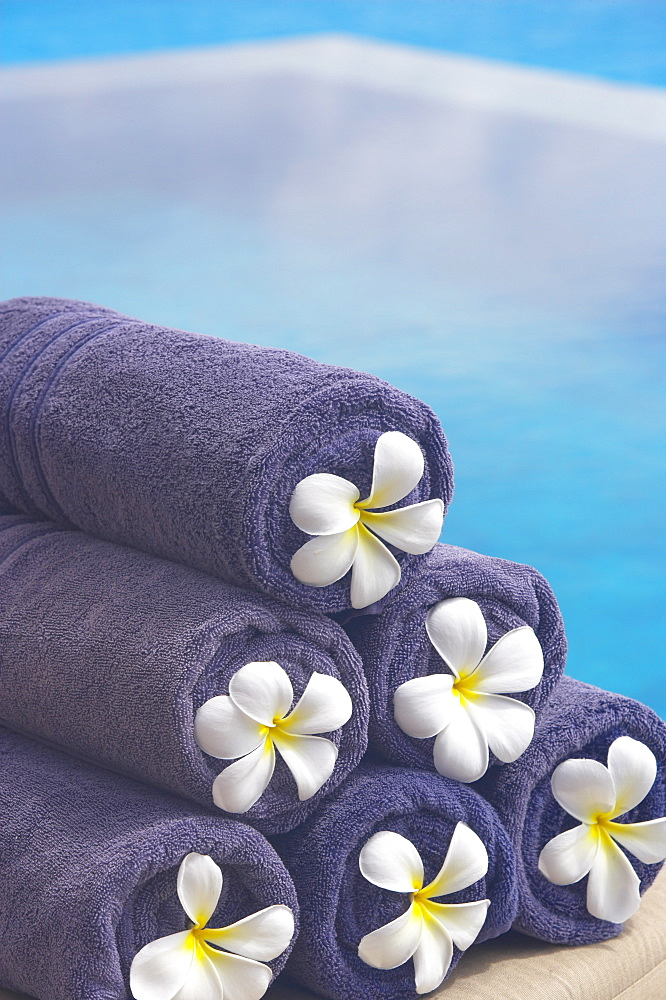 Towels on the swimming pool, Maldives, Indian Ocean, Asia - 795-90