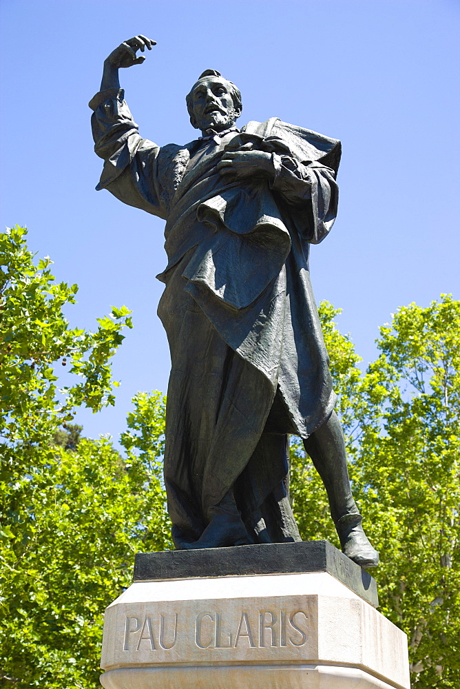 Spain, Catalonia, Barcelona, Bronze statue of the Catalan hero Pau Claris, a lawyer, clergyman and president of Catalonia who proclaimed the Catalan Republic in 1641 standing in the Parc de la Ciutadella in the Old Town district.