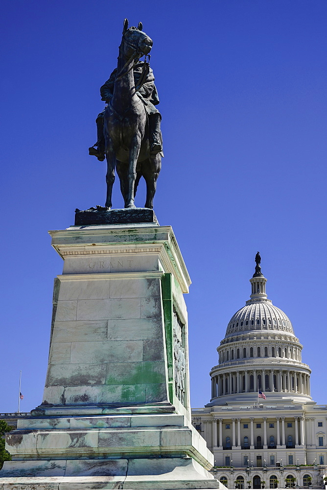 USA, Washington DC, Capitol Hill, Ulysses S. Grant Memorial, Statue of the general mounted on horseback with the Capitol dome in the background.