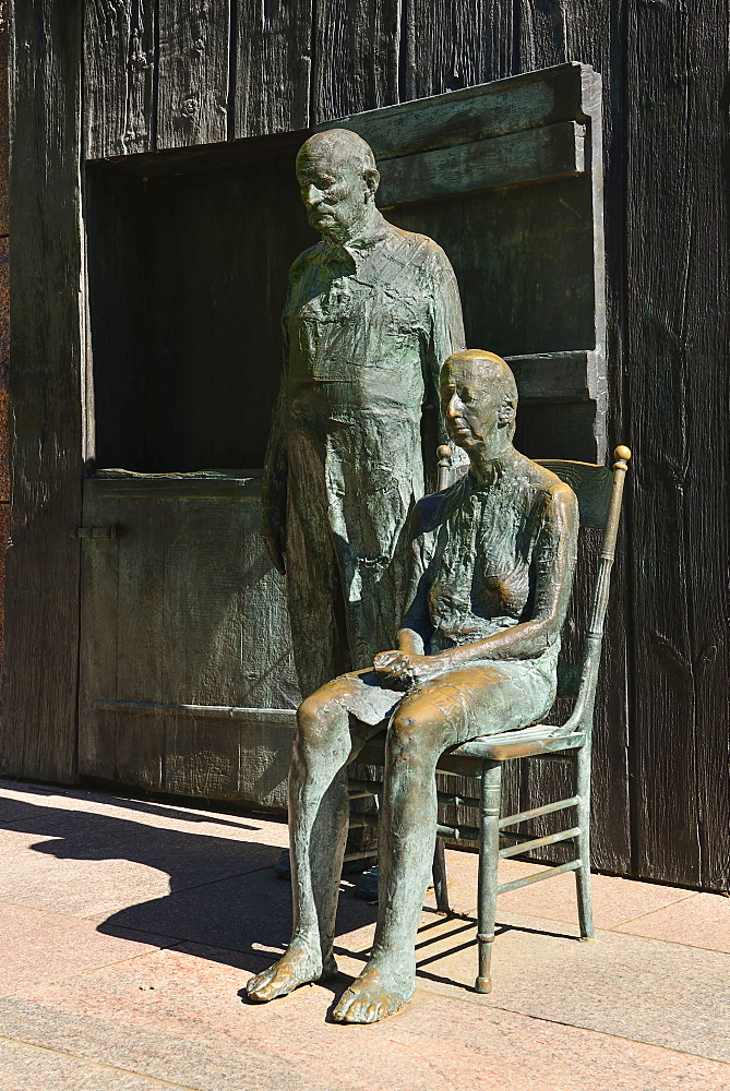 USA, Washington DC, National Mall, President Franklin Delano Roosevelt Memorial, Statues of two people in a scene known as The Rural Couple.