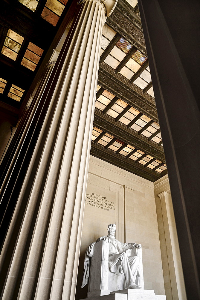 USA, Washington DC, National Mall, Lincoln Memorial, Statue of Abraham Lincoln, Angular view between the pillars of the interior.
