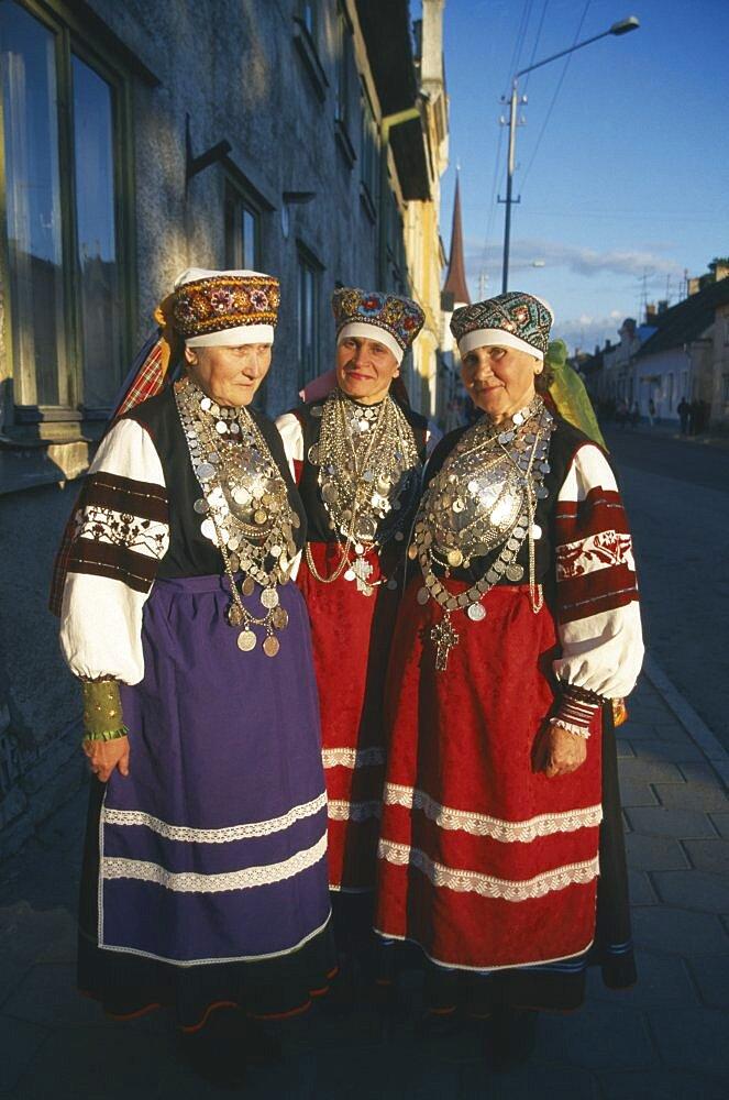 ESTONIA Rakvere Three female folk dancers in traditional costume.      - 797-2095