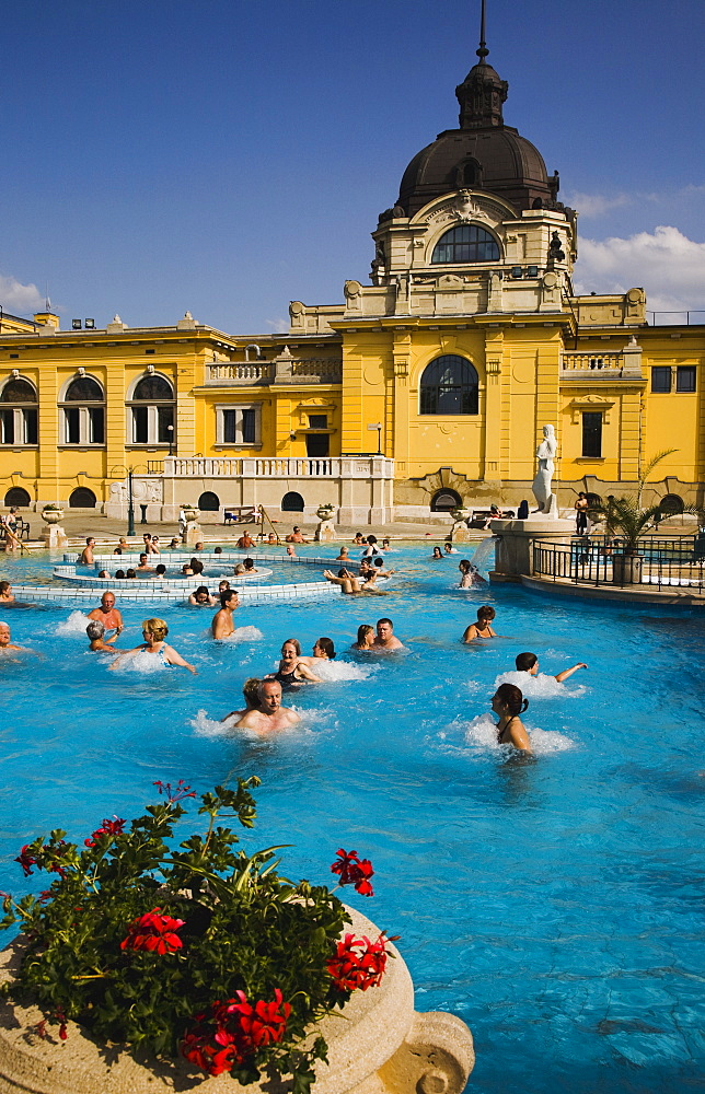 Hungary, Budapest, Pest, Outdoor bathing in summer at Szechenyi thermal baths