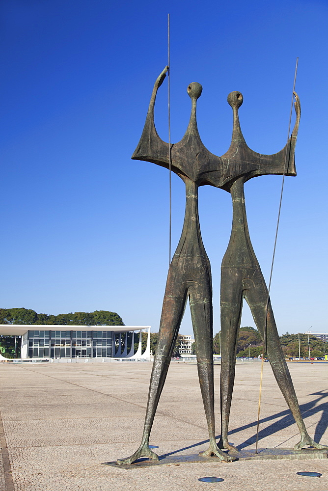 Supreme Federal Court, Dois Candangos (Two Labourers) sculpture, Three Powers Square, UNESCO World Heritage Site, Brasilia, Federal District, Brazil, South America