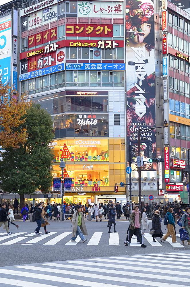 People crossing Shibuya Crossing, Shibuya, Tokyo, Japan