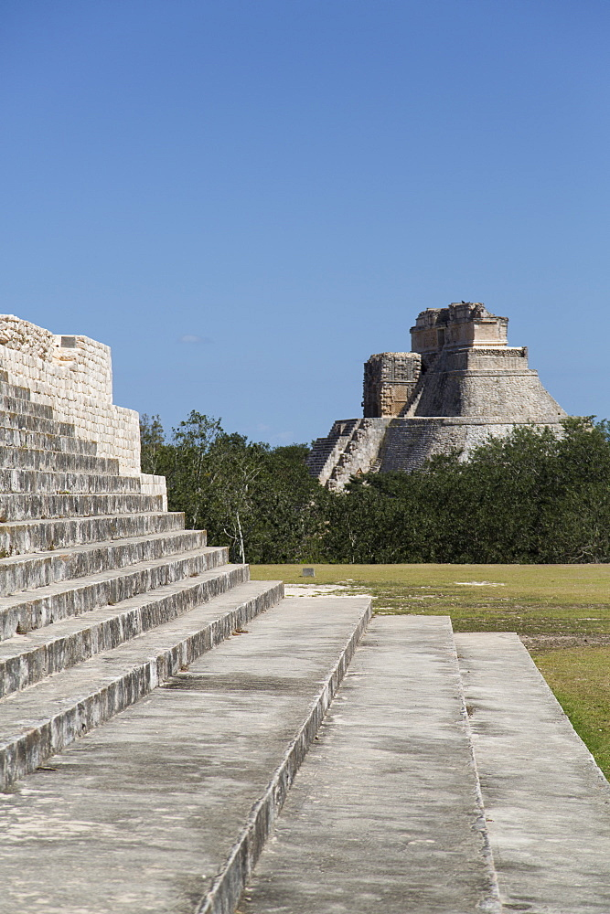 Palace of the Governor on the left and Pyramid of the Magician beyond, Uxmal, Mayan archaeological site, UNESCO World Heritage Site, Yucatan, Mexico, North America