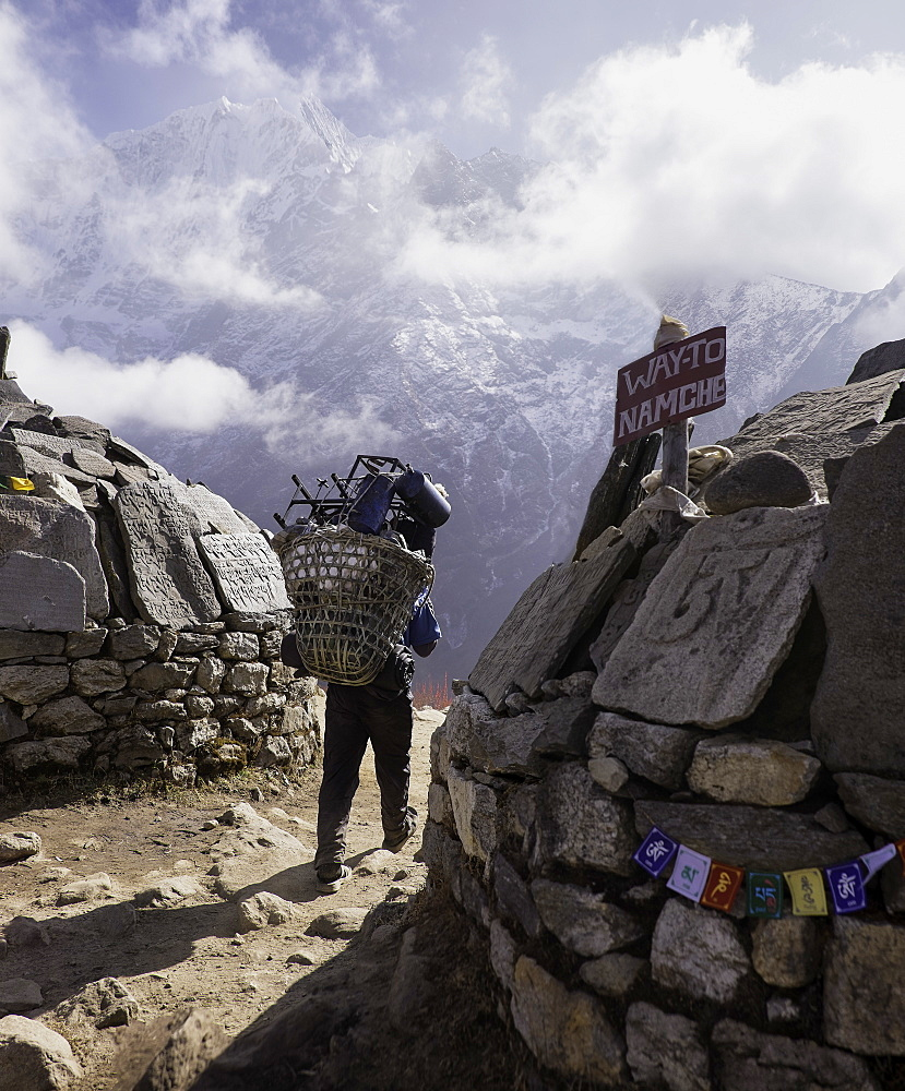 A sherpa leaving Tengboche on the way to Namche Bazaar, Himalayas, Nepal, Asia