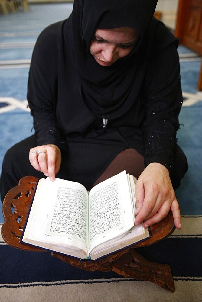 Woman reading Koran in Jumeirah mosque, Dubai, United Arab Emirates, Middle East