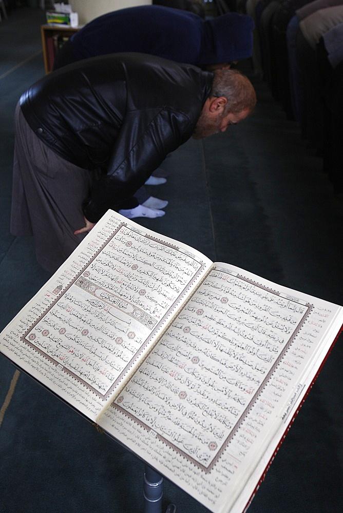 Prayer in Al-Sharia mosque, Jabal Lweibdeh, Amman, Jordan, Middle East
