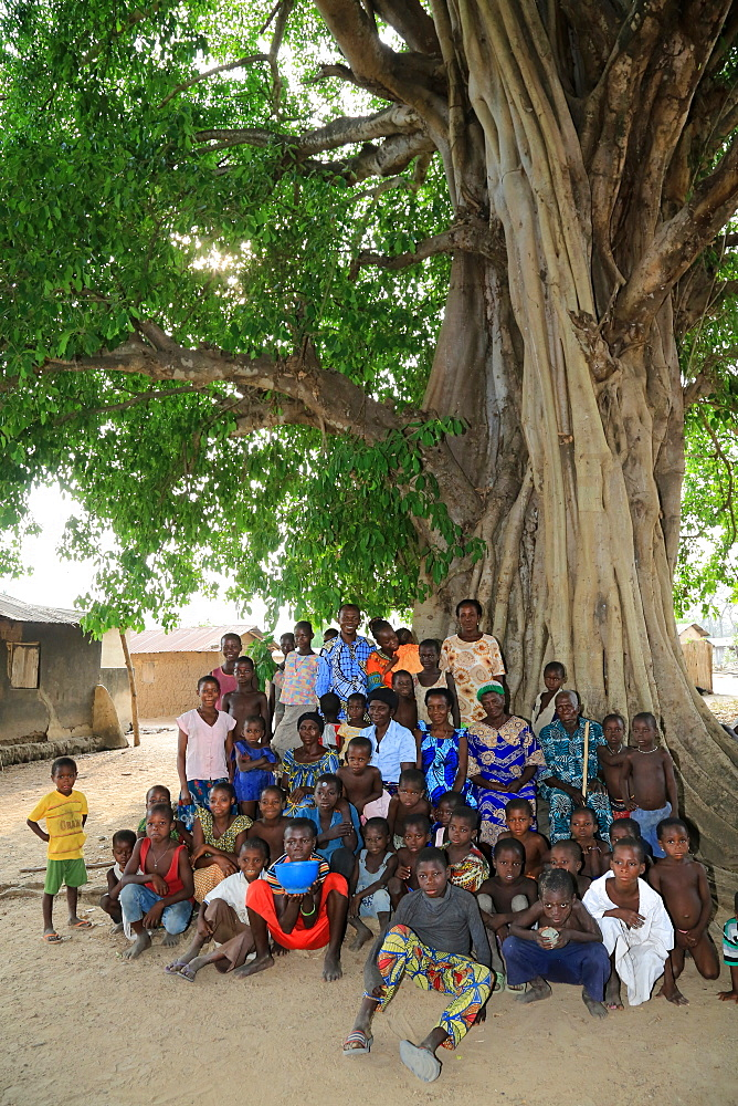 African family under the palaver tree, Datcha-Attikpay, Togo, West Africa, Africa