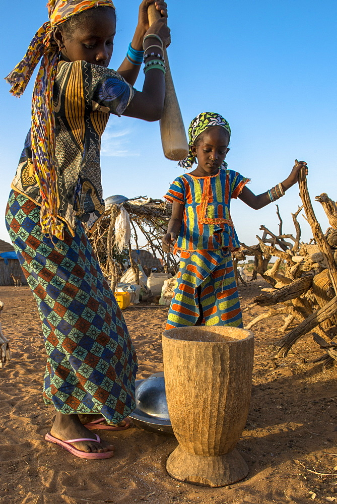 Girls using a pestle, Tetiane Bade, Senegal, West Africa, Africa