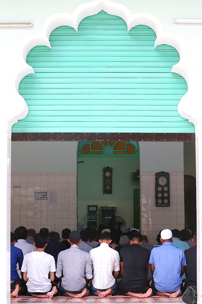 Muslims praying, Masjid Musulman (Saigon Central Mosque), Salat, Ho Chi Minh City, Vietnam, Indochina, Southeast Asia, Asia