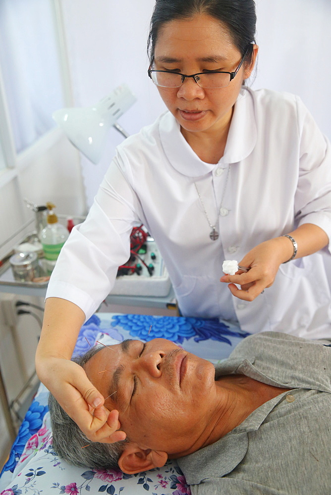 Acupuncture, Vietnamese traditional medicine clinic, Cu Chi, Vietnam, Indochina, Southeast Asia, Asia