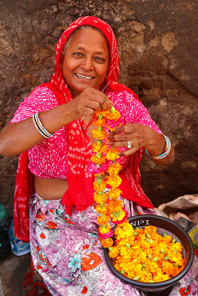 Indian woman making garlands in Ajmer, Rajasthan, India, Asia - 809-7290